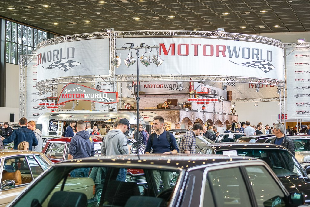 Der Messestand der Motorworld Group in Halle 12 der Oldtimermesse in Berlin